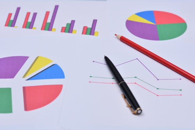 グラフとペンのイメージ
