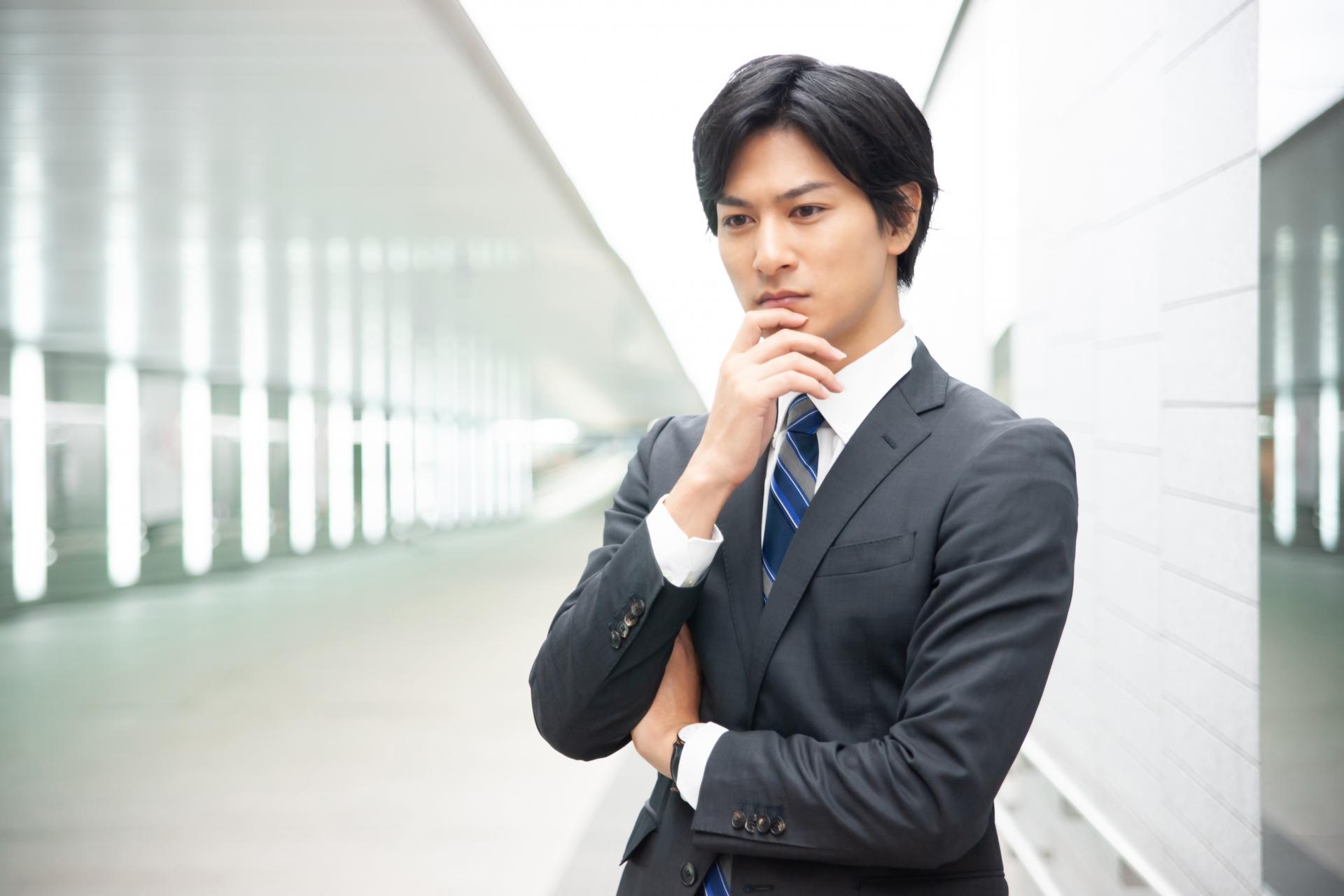 悩むビジネスマンのイメージ