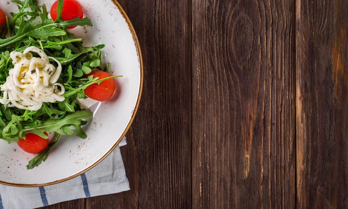 テーブルの上のサラダのイメージ