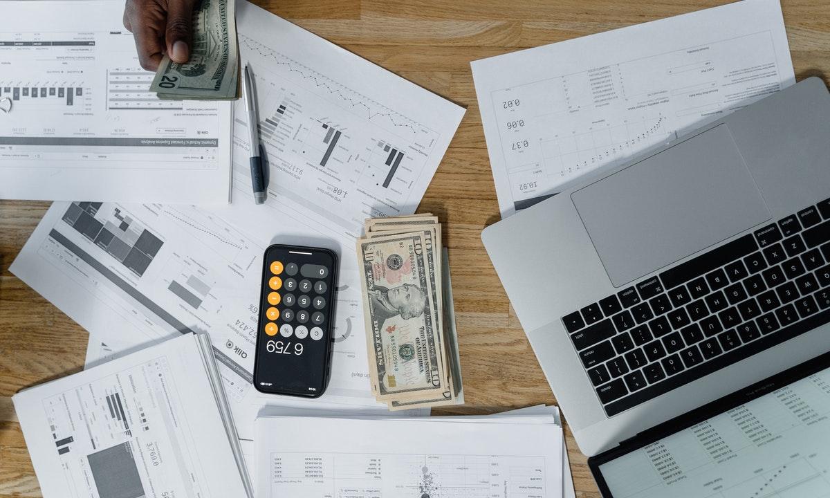 給与を計算する人のイメージ