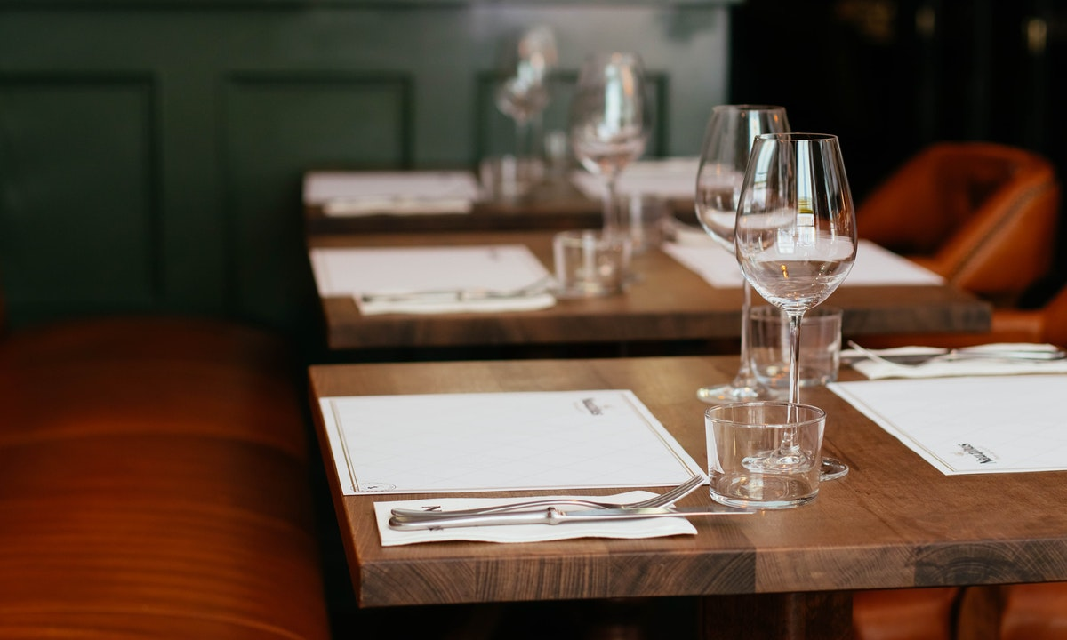 レストランのテーブルのイメージ